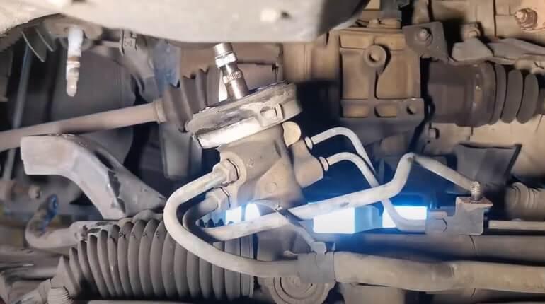 Как расположеный шланчики и трубки на рулевой рейке Хендай Солярис