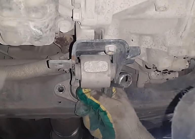 Откручиваем нижнюю подушки двигателя