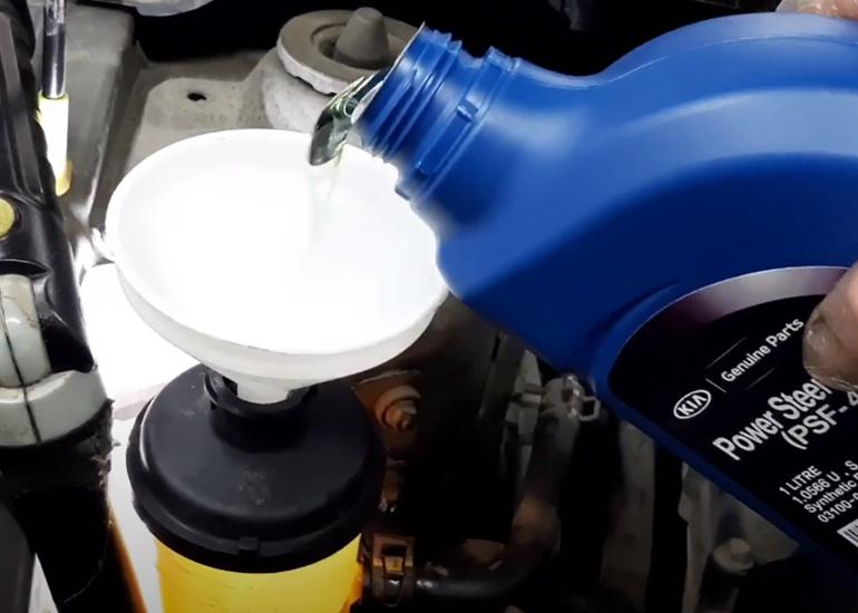 Проверяем и при необходимости доливаем масло в ГУР